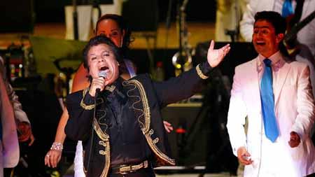 """La presea otorgada al llamado """"Divo de Juárez"""" fue recibida por la comunicadora Paola Rojas, quien posteriormente entregó la estatuilla a Iván Aguilera Salas, hijo biológico del cantante."""