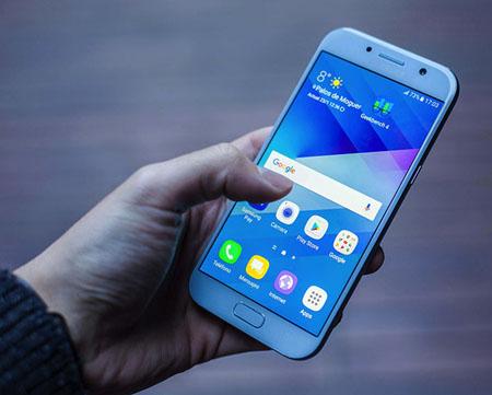 El teléfono tiene bordes metálicos, una cámara y un flash que no sobresalen como en años anteriores y algunas novedades adicionales.