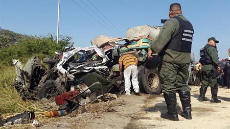 Al menos 16 personas murieron y 50 resultaron heridas cuando un autobús chocó de frente con un camión mezclador de cemento