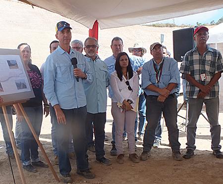 El ministro del Poder Popular para Obras Públicas, César Alberto Salazar Coll en compañía del presidente de Corpomiranda,  Luis Figueroa, quien fue recientemene nombrado en el cargo, durante el acto de reactivación de los trabajos en Circunvalación Los Teques.