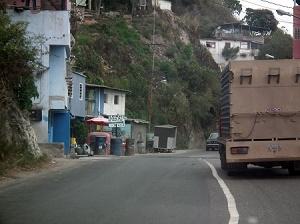Hay una gran falla de borde que no ha sido reparada por las autoridades; vecinos temen que se pueda caer la vía