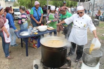 Vecinos de los Altos Mirandinos asisten cada viernes en busca de algo para comer