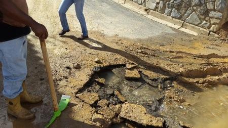Los vecinos de la zona claman por la presencia de Hidrocapital para evitar mayores complicaciones en los recientes trabajos realizados por la Alcaldía en el lugar