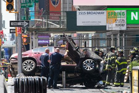 Tras su fatal recorrido, el automóvil finalmente se estrelló contra una columna y postes metálicos, quedó apoyado sobre dos ruedas y se incendió.