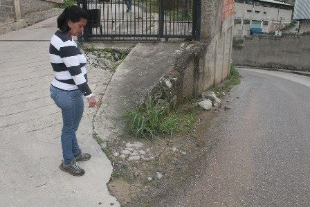 """Quejas por """"cráteres"""" dejados por empresa de agua se multiplican"""