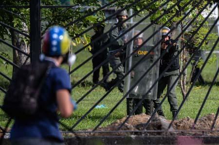 Medios de comunicación locales difundieron fotografías y vídeos en los cuales se ve a un efectivo de esa fuerza disparando contra el joven