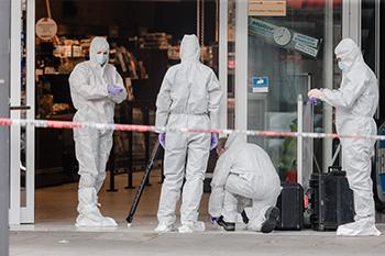 La policía antiterrorista también fue desplegada en la escena del crimen.
