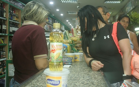Larga cola para comprar un aceite pequeño y mantequilla. Foto: Deisy Peña