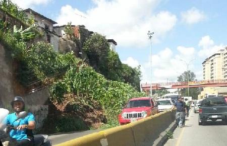 Alcaldía de Carrizal retiró toneladas de tierra de la arteria vial