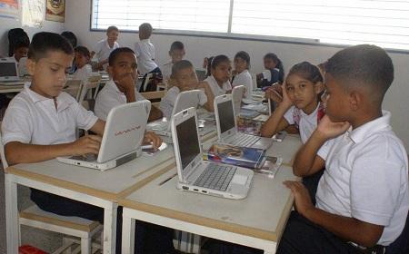 Alumnos de la UEE El Nacional requieren de las canaimitas para mejorar el proceso de enseñanza Foto: Deysi Peña