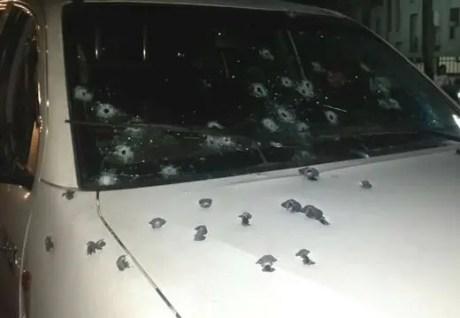 El ataque fue tan violento que la unidad recibió más de 60 impactos de bala entre la parte delantera del vehículo, las ventanas derecha e izquierda y el parabrisas