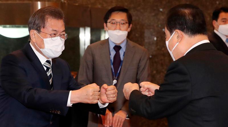 Resultado de imagen para evitar besos y saludos manos a manos