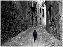 hombre camina al autoconocimiento