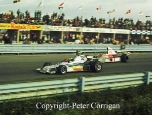 GP dos Estados Unidos 1975: Wilson Fittipaldi Jr. (30), com o Copersucar-Fittipaldi FD03 Cosworth, dá passagem, posto sua condição de retardatário, a Emerson Fittipaldi, com McLaren M23 Cosworth (Foto Peter Corrigan)