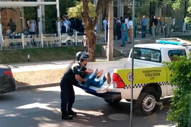Así se llevaron los policías al detenido, tras el llamado al 911.