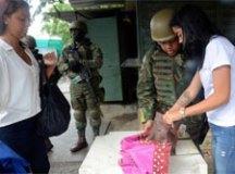 Militares e polícias destroem barricadas e apreendem armas em comunidades do Rio