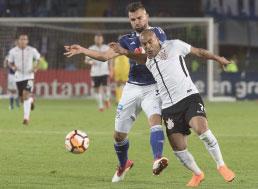 Corinthians repete esquema e empata na estreia