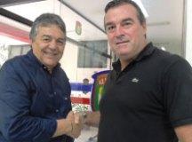O presidente Nairo Ferreira e Pintado selam acordo. Foto: Fabrício Cortinove/AD São Caetano
