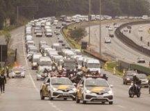 """Paralisação dos caminhoneiros ganhou o """"apoio"""" de motoristas de vans na Anchieta. Foto: Marcelo Gonçalves/Sigmapress/Folhapress"""