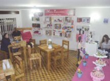 Mulheres oferecem produtos como acessórios e roupas e serviços como massagem. Foto: Divulgação