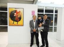 Kojima com o filho e o neto: família revolucionou a indústria cerâmica. Foto: Divulgação/PMM