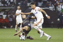 Flamengo vinga eliminação e vence o Corinthians
