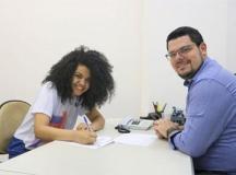 Letícia Mendes Silva, ao lado de Paulo Soares, conseguiu seu primeiro emprego. Foto: Divulgação