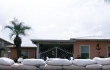 Moradores constroem contenção para evitar que água do mar entre nas casas. Foto: Reprodução/Band