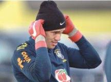 Ederson se agasalhou para o treino da seleção. Foto: Pedro Martins/MoWA Press