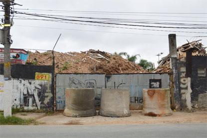 Semasa interdita empresa de remoção de entulho por falta de licença ambiental