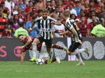 Dourado marca, César defende pênalti, e Flamengo bate o Santos no Maracanã