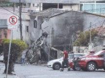 Aeronave atingiu uma casa, mas outras duas também ficaram danificadas, além de sete carros. Foto: Raphael Castello/Folhapress