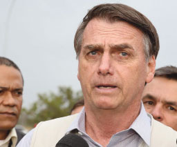 Pressionado, Jair Bolsonaro resiste a exonerar ministro