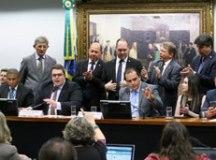 Em sessão tumultuada na CCJ, relator dá aval à reforma da Previdência