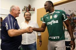 Bolt visita o CT do Palmeiras, ganha camisa e brinca com Felipão: 'vai me ensinar um pouco'