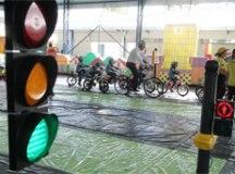 Projeto sobre educação no trânsito simula uma cidade com ruas, semáforos, placas e faixa de pedestres. Foto: Helber Aggio/PSA