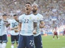 """No retorno de Messi ao Maracanã após o Mundial de 2014, """"hermanos"""" jogam para o gasto e, com o 2 a 0, avançam na Copa América. Foto: Divulgação/AFA"""