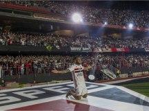 Daniel Alves ganha mensagem de Messi no Morumbi
