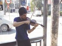 Em Santo André, esquina da Figueiras é palco para violinista