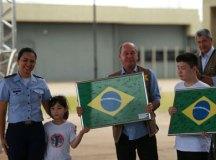 Brasileiros deixam quarentena na Base Aérea de Anápolis