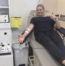 Carla Morando adere à campanha do Estado e realiza doação de sangue