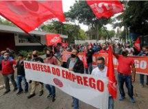 Trabalhadores da Kostal fazem passeata contra fechamento de fábrica em S.Bernardo