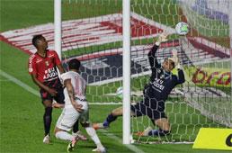 São Paulo acorda no 2º tempo, vence o Athletico-PR e pula para o 3º lugar