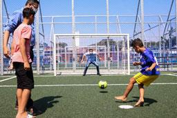 Na Praça-Parque, Morando foi convidado por um grupo de crianças para jogar futebol. Foto: Gabriel Inamine/Divulgação
