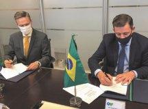 Morando efetivou assinatura que garantiu aporte junto à Corporação Andina de Fomento (CAF) para requalificação de áreas vulneráveis. Foto: Divulgação/PMSBC