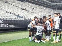 Corinthians derrota Bahia e se afasta da zona de rebaixamento do Brasileirão