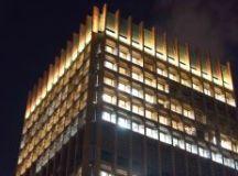 Como parte da campanha de conscientização, o prédio da Prefeitura e o espelho d'água do Paço Municipal ganharam iluminação amarela, que será utilizada durante todo o mês. Foto: Alex Cavanha/PSA