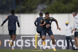 Com Neymar em campo, Tite poupa Danilo e Renan Lodi em parte do treino da seleção