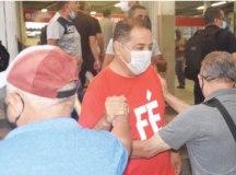 Oliveira esteve na estação agradecendo a votação. Foto: Reprodução Facebook