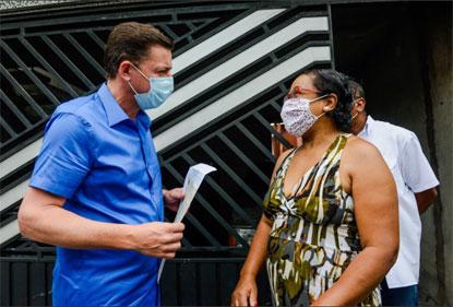 Ação integra o Programa A Casa é Minha e foi realizada pelo prefeito Orlando Morando, que fez a distribuição dos documentos neste sábado. Foto: Gabriel Inamine/PMSBC